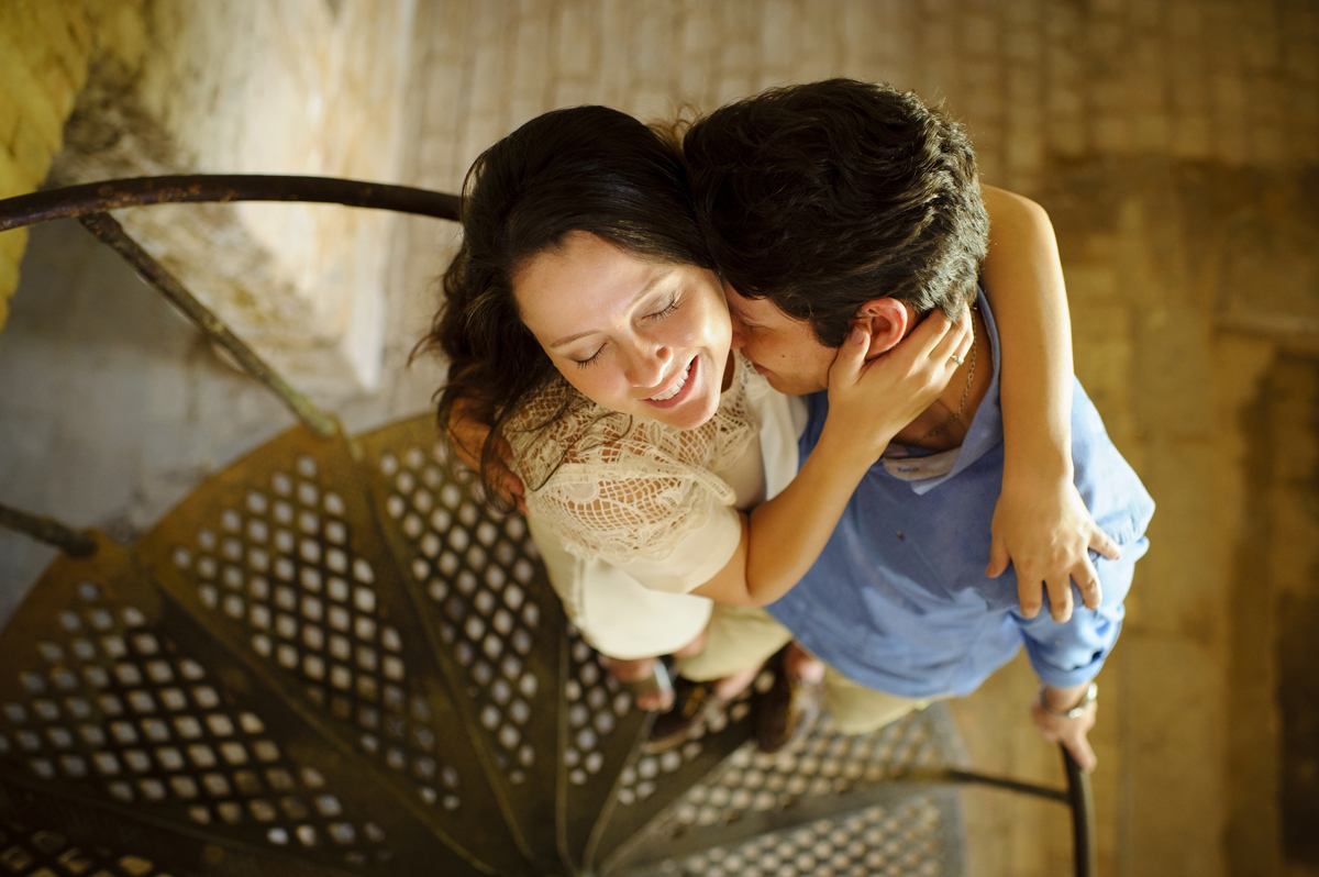 Casal de noivos se abraçam na escada