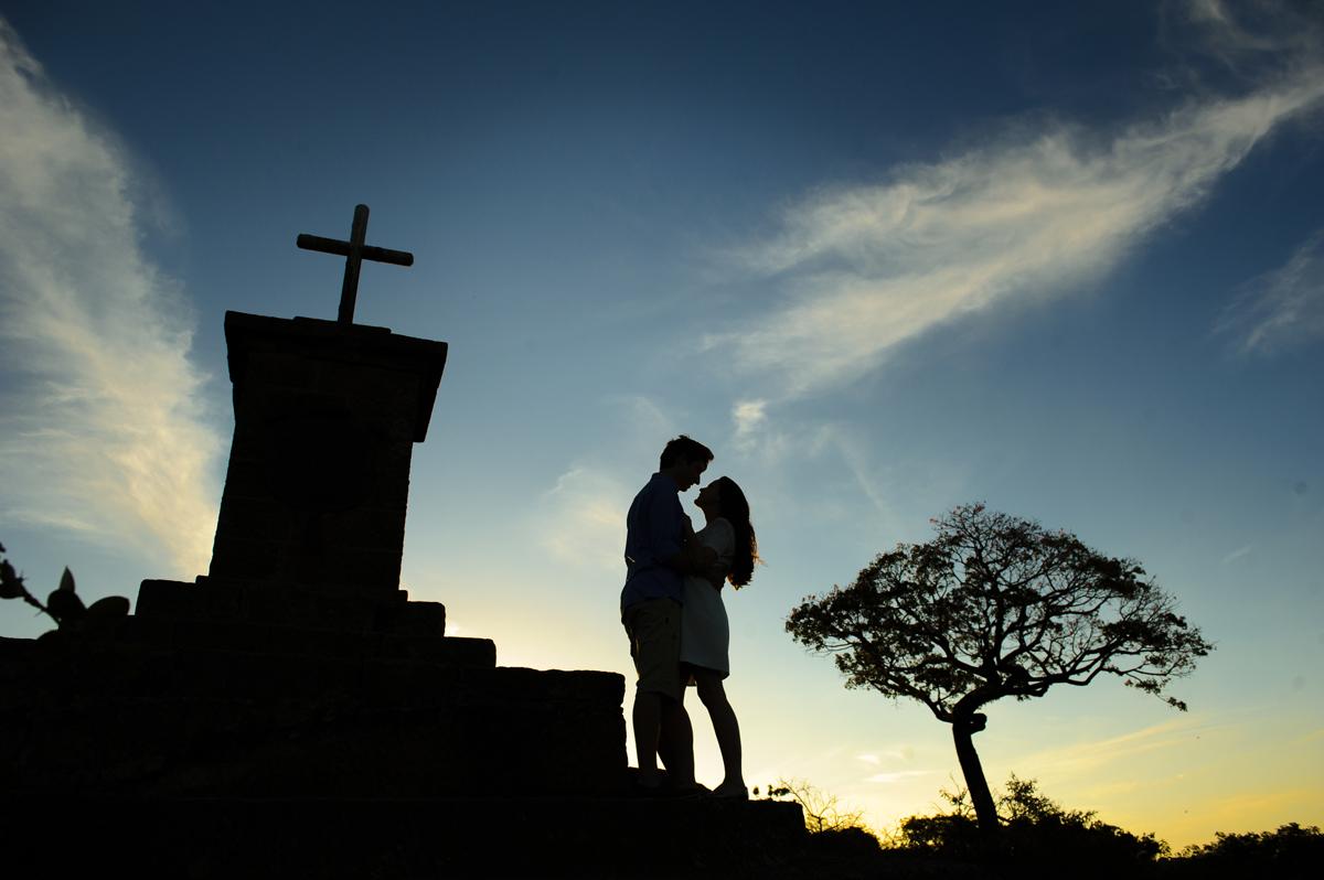 silhueta dos noivos em paisagem incrível