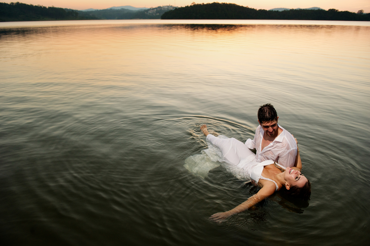 linda noiva boiando na agua gelada