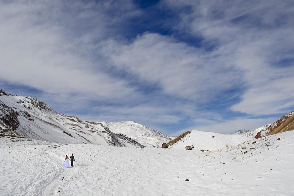 noivos caminham no vale do aconcagua