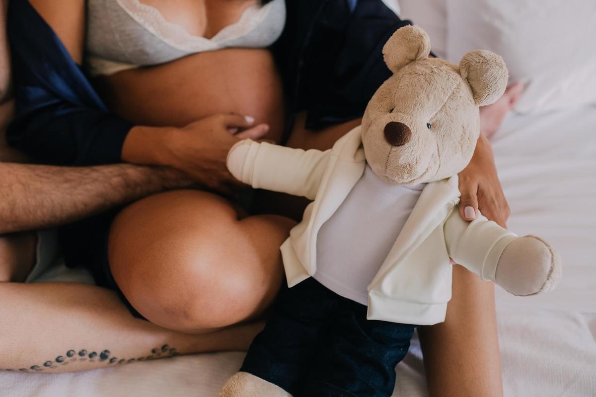 Gestante pregnant ensaio casa home saudável book fotos vitória vila velha roupa leveza bebê gestação neném por sol Golden hour hotel ilha boi lingerie casal fotos sessão
