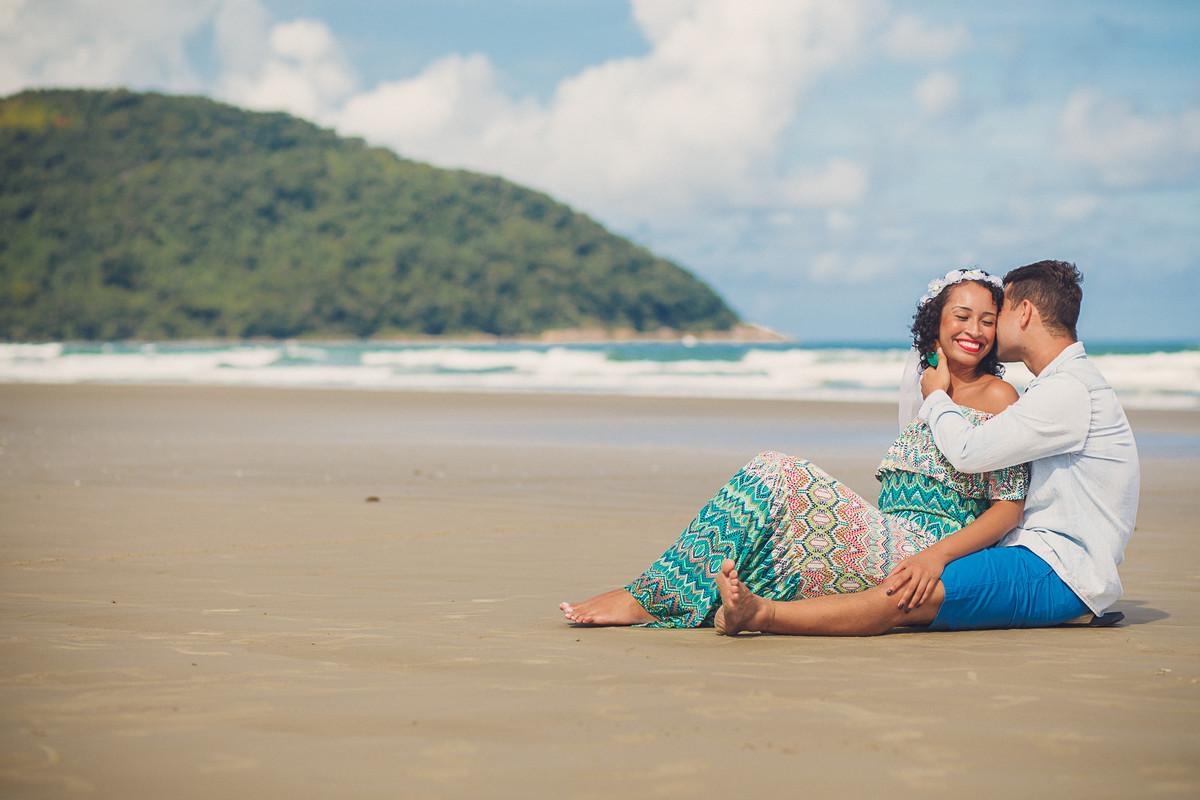 ensaio divertido de casal na praia