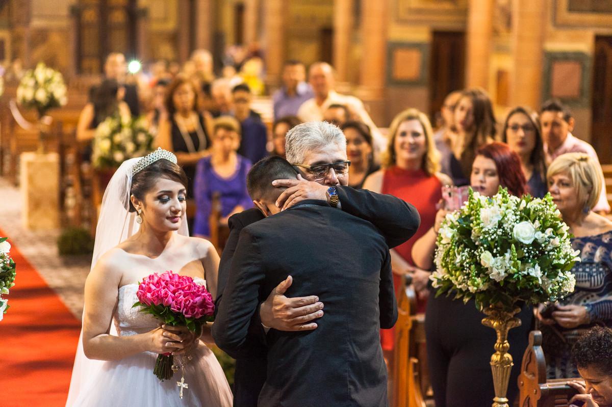 abracando o pai da noiva