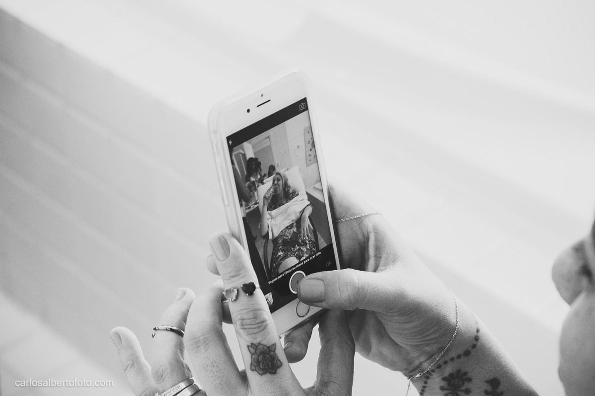 noiva mechendo no celular