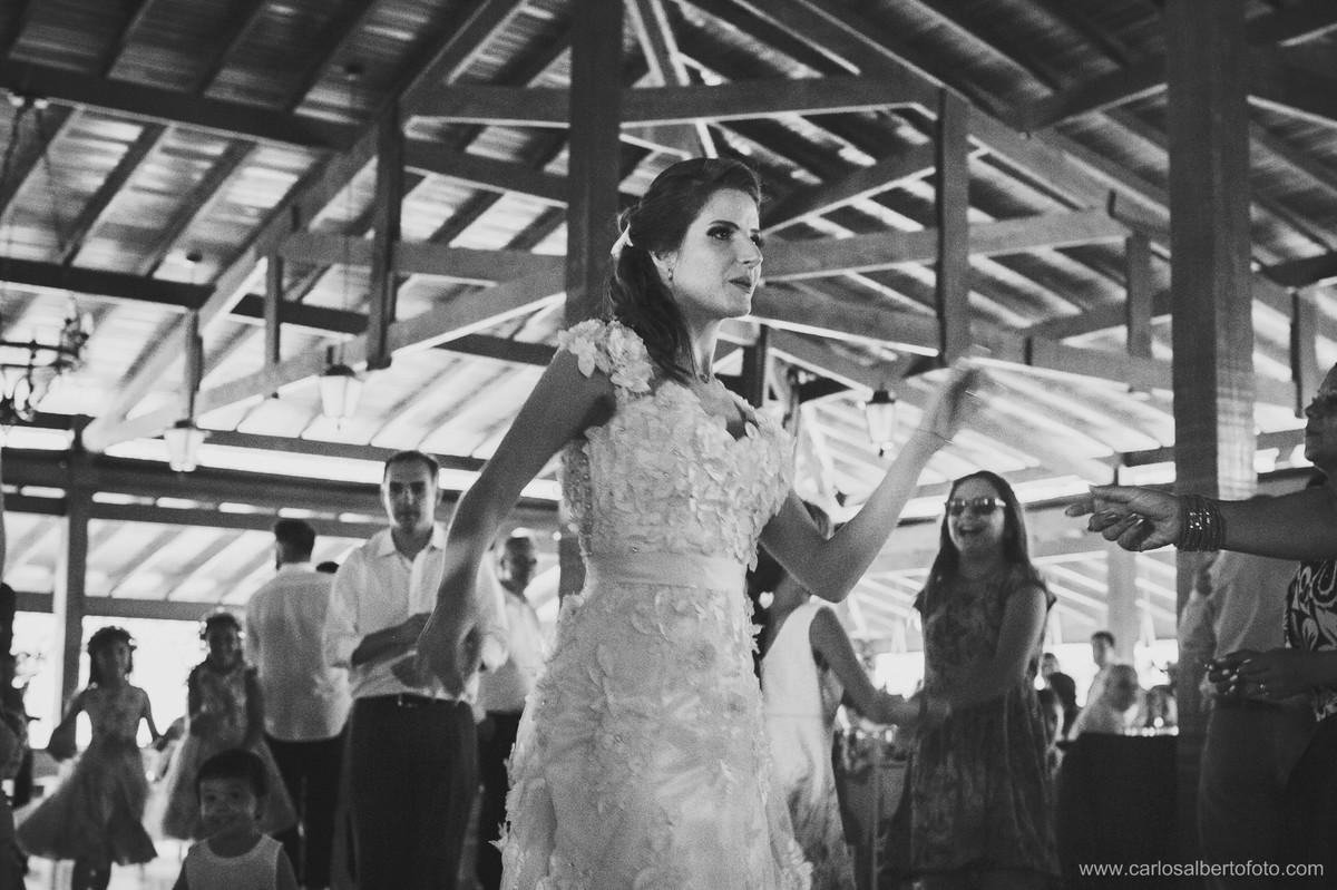 noiva dançando e se divertindo