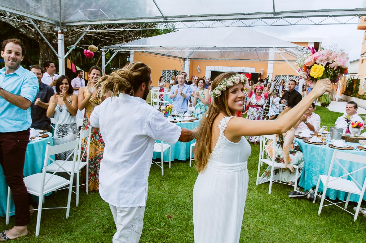 noivos chegando na festa