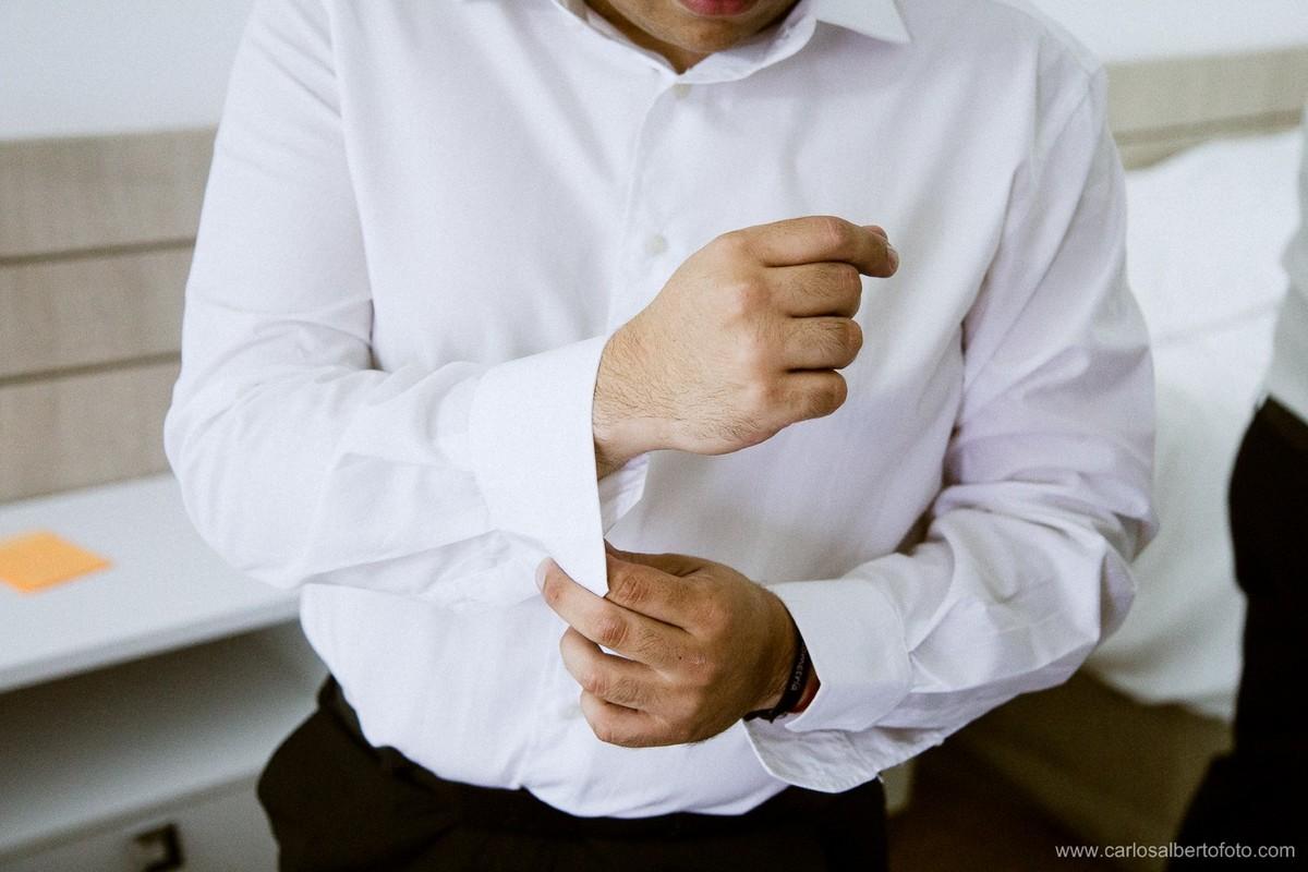 noivo abotoando sua camisa