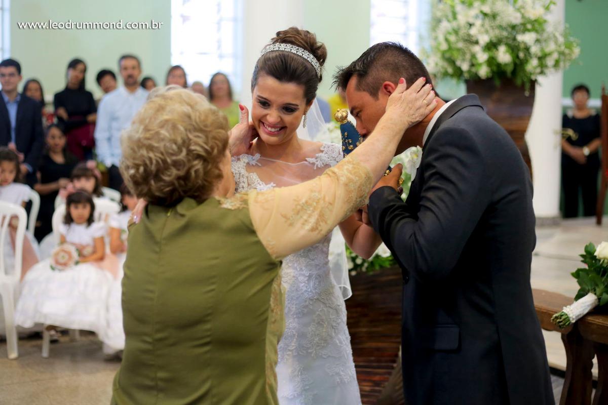 noivo, marquinho, making, caetanopolis, igreja matriz, casamento em, fotografo de casamento, dia especial, ceu azul, Carol e marquinho, desespetados, familia Dalle, casal, avó