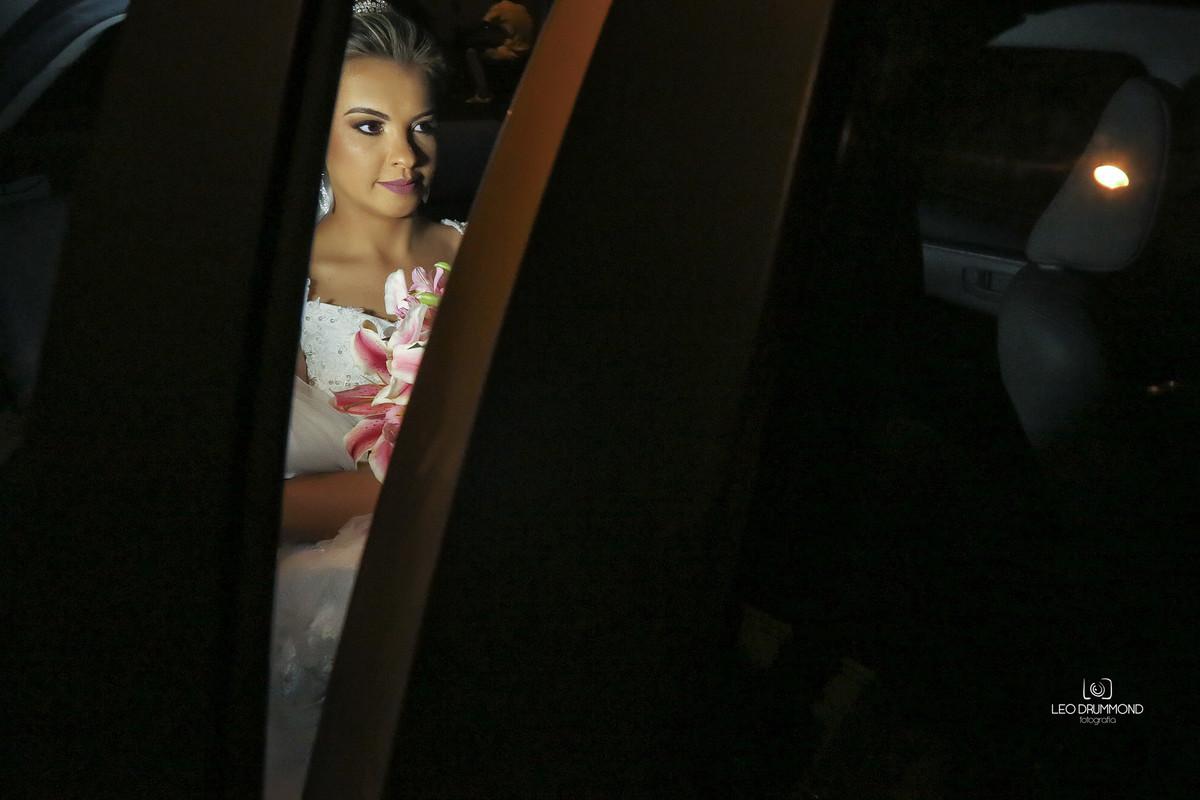 Noiva chegando de carro
