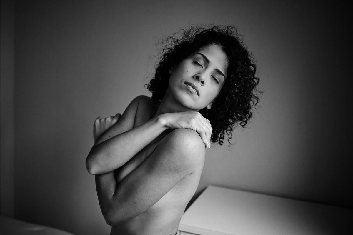 Em preto e branco, click do fotógrafo de retratos femininos Jon K. Roz, com a linda Adriely, de braços cruzados e olhos fechados