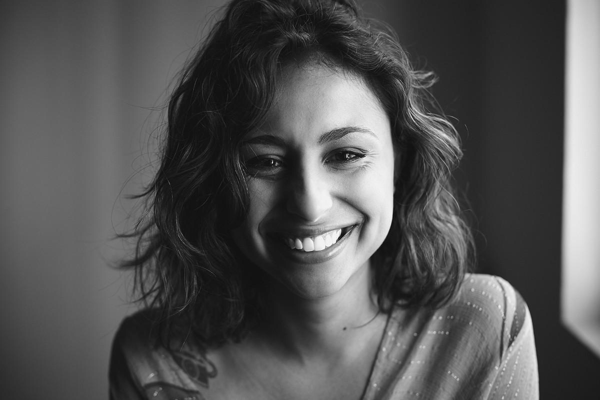 Close do sorriso da Andry, em foto em preto e branco de Jon K. Roz