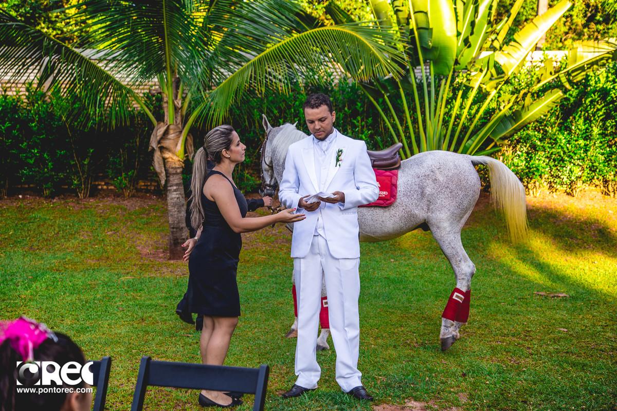 noivo de branco com cavalo