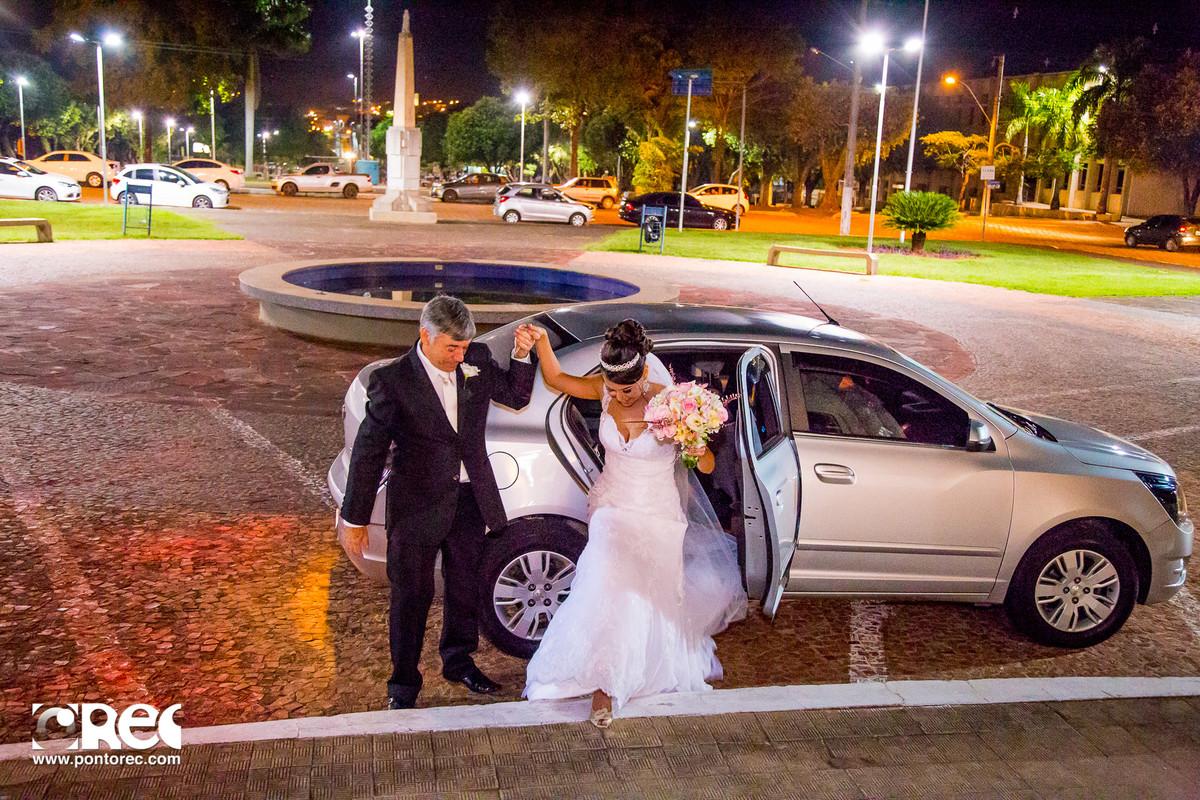noiva saindo do carro, noiva com pai
