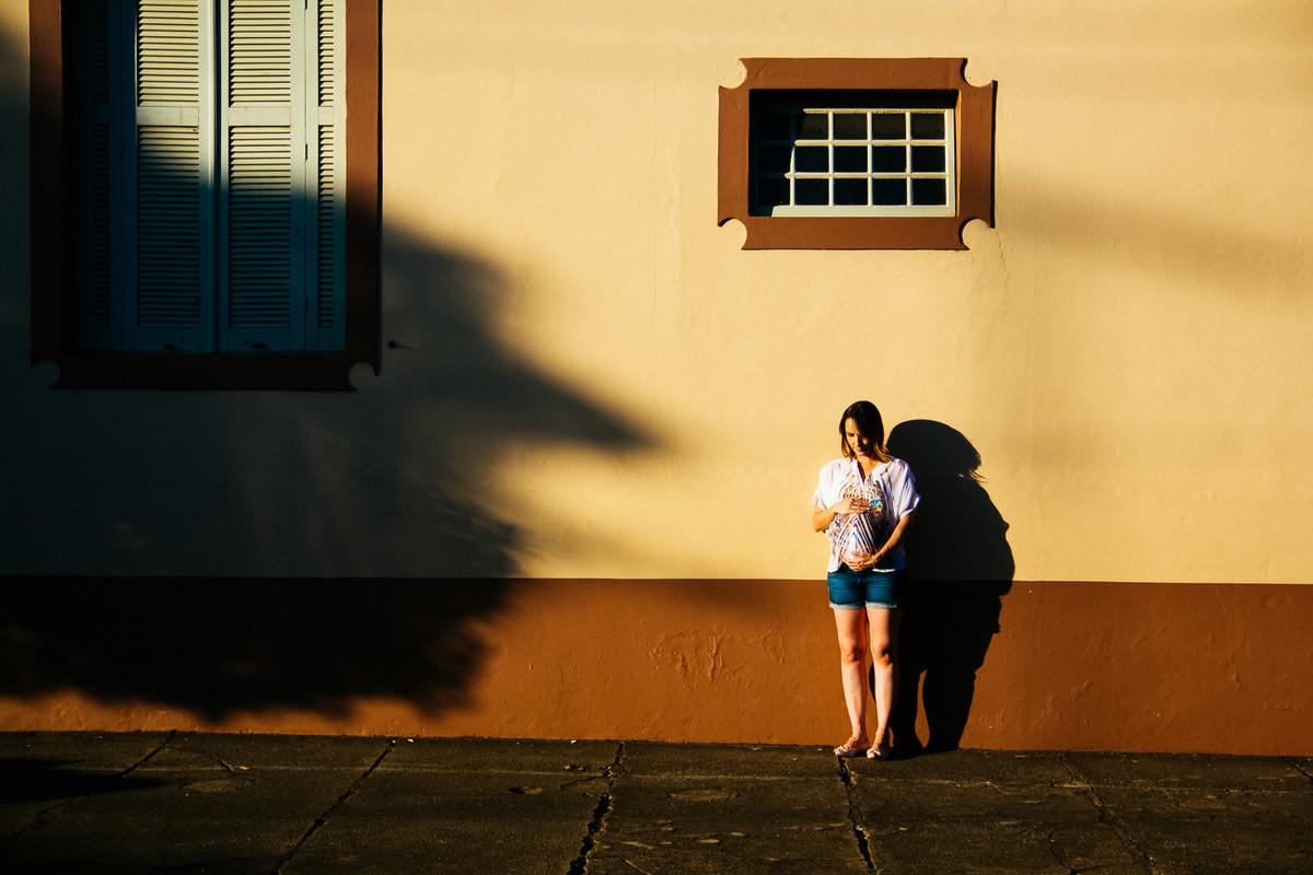 GESTANTE SENDO FOTOGRAFADA, FOTO LINDA AO PÔR-DO-SOL, GRÁVIDA POSANDO PARA FOTOS LINDA AO AR LIVRE DONA BORBOLETA FOTOGRAFIA DE FAMÍLIA