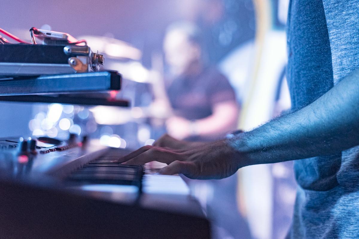 detalhe do Thiago tocando teclado show do Uns e Outros no Rota RJ 65 Olaria Marcos Bilate