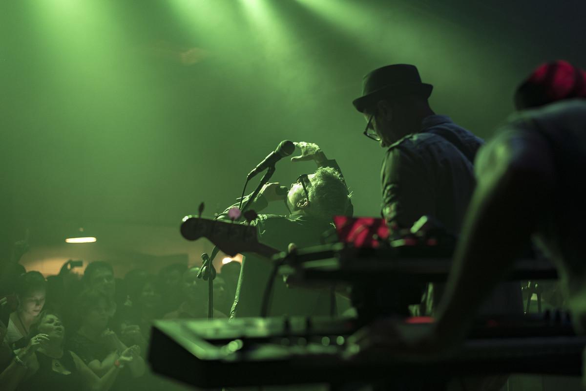 Gueu tocando baixo e Marcelo Hayena cantando show do Uns e Outros no Rota RJ 65 Olaria Marcos Bilate
