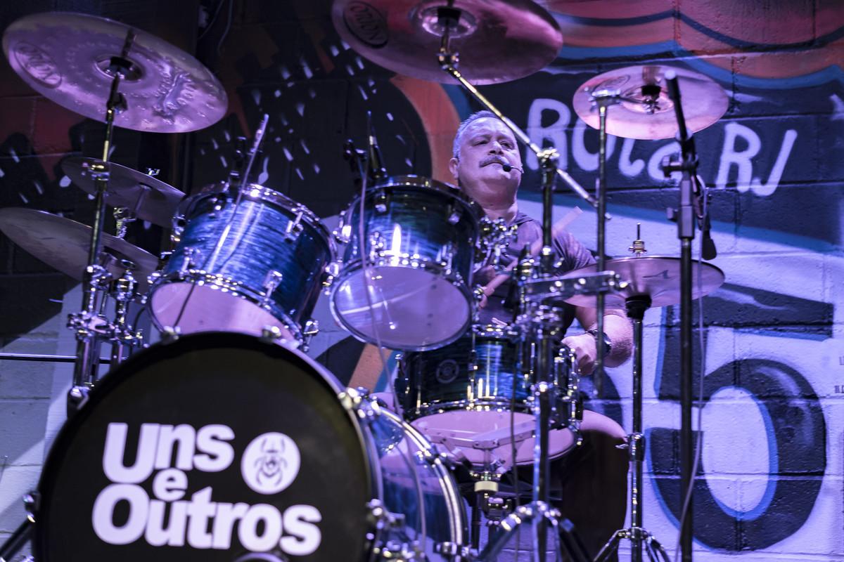 show do Uns e Outros no Rota RJ 65 Olaria Marcos Bilate Ronaldo Pereira tocando bateria