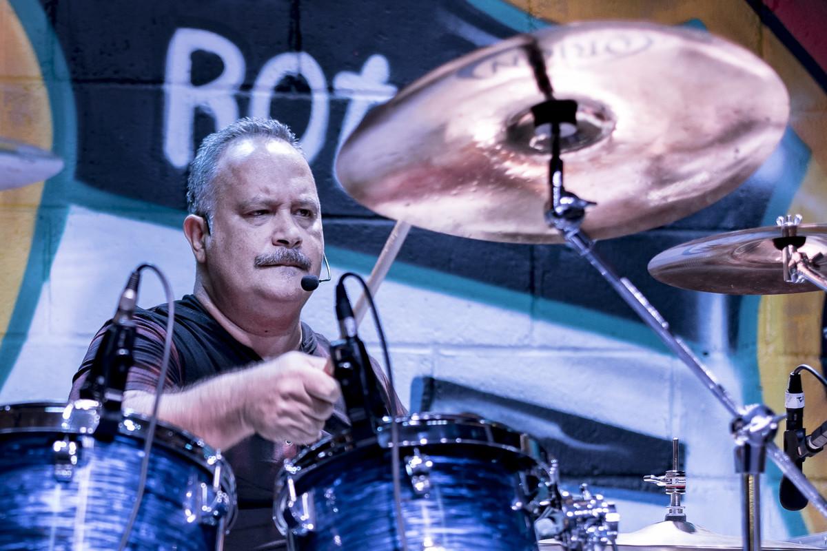 Ronaldo Pereira tocando bateria show do Uns e Outros no Rota RJ 65 Olaria Marcos Bilate