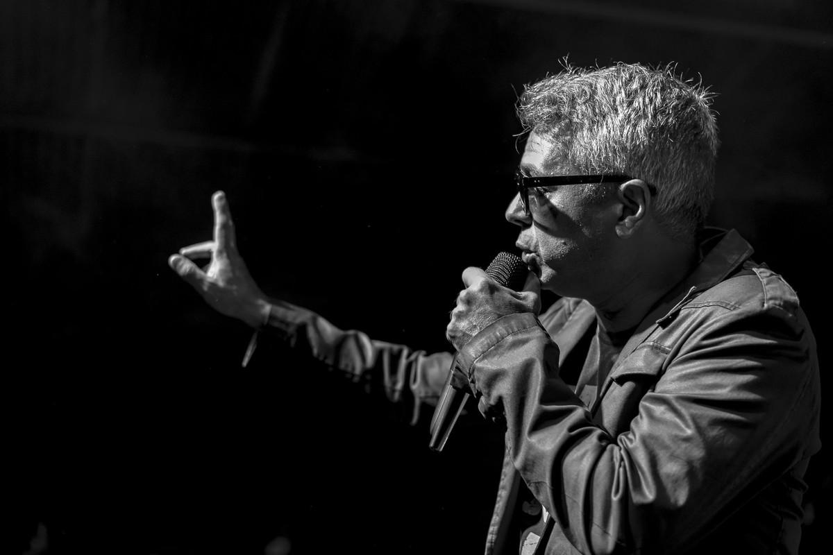 Marcelo Hayena cantando show do Uns e Outros no Rota RJ 65 Olaria Marcos Bilate