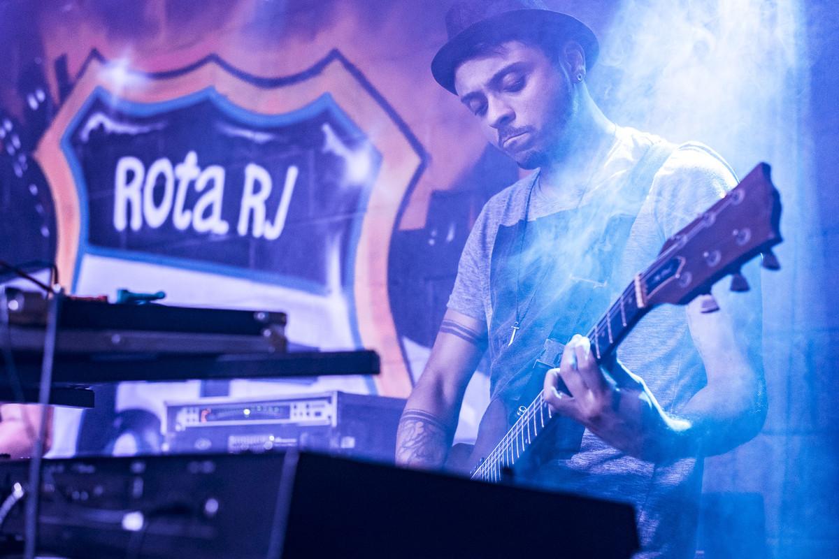 Thiago tocando guitarra gibson The Paul show do Uns e Outros no Rota RJ 65 Olaria Marcos Bilate
