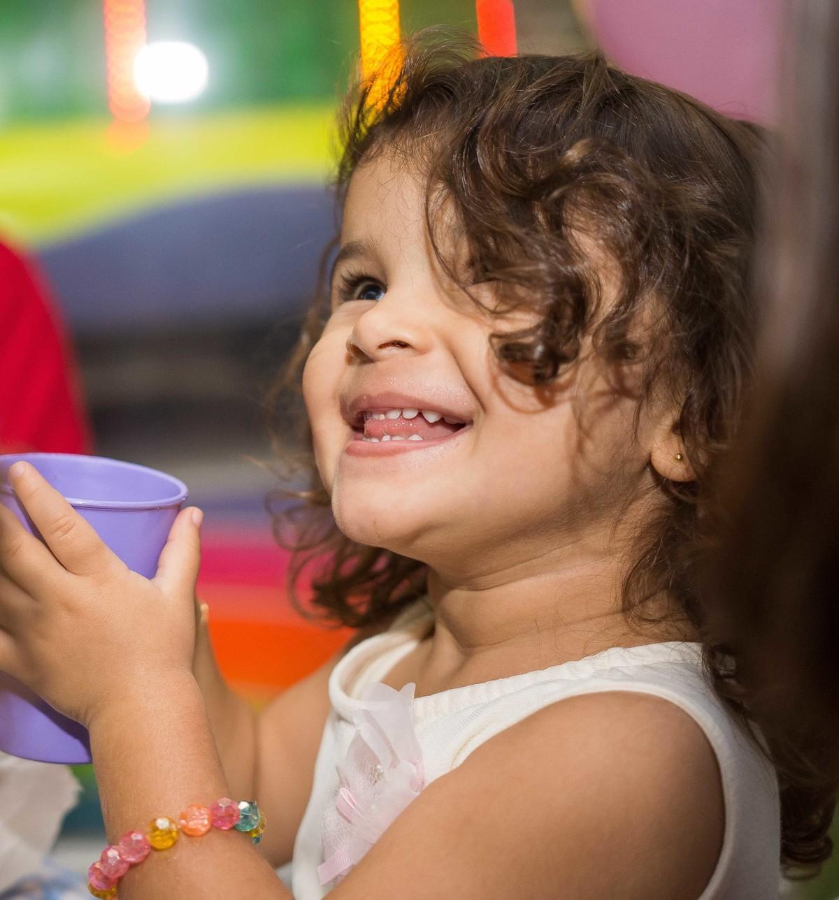 aniversário 3 anos cara de sapeca bebendo refrigerante copo roxo cachinhos princesas disney