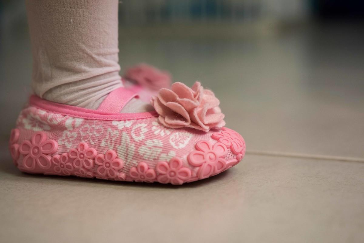 detalhe do sapatinho rosa com flores princesa aniversário rio de janeiro