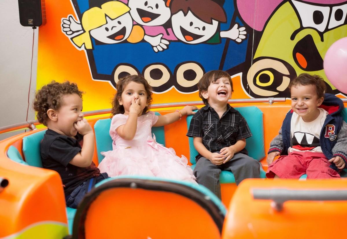 brinquedo diversão aniversário de três anos parque de diversão sorriso alegria uhuu