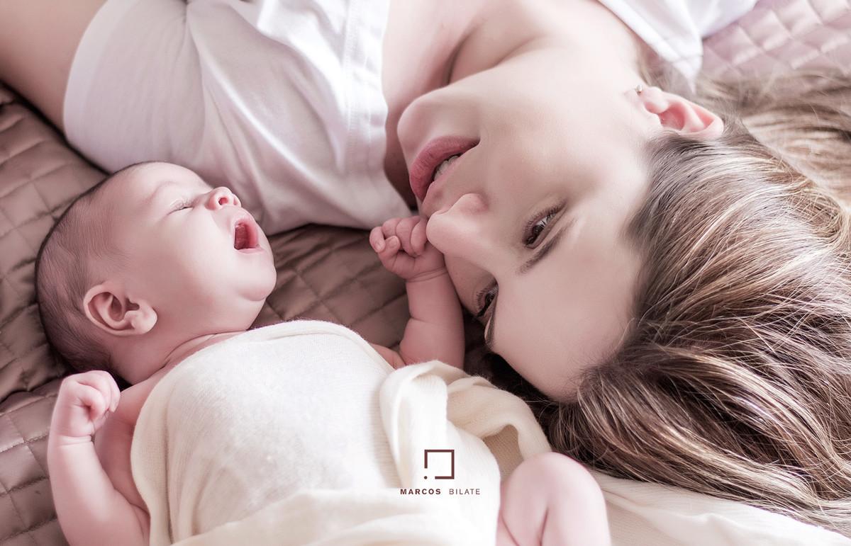 Newborn recém-nascido faixinha tiara florzinha bebê lifestyle fofura fofinha cute marcosbilate marcos bilate fotografia mamãe mãe sentimento emoção