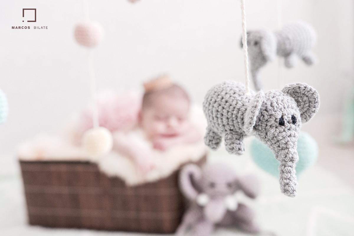 wrap Newborn recém-nascido faixinha tiara florzinha bebê lifestyle fofura fofinha cute marcosbilate marcos bilate fotografia elefante quarto casa filha emoção