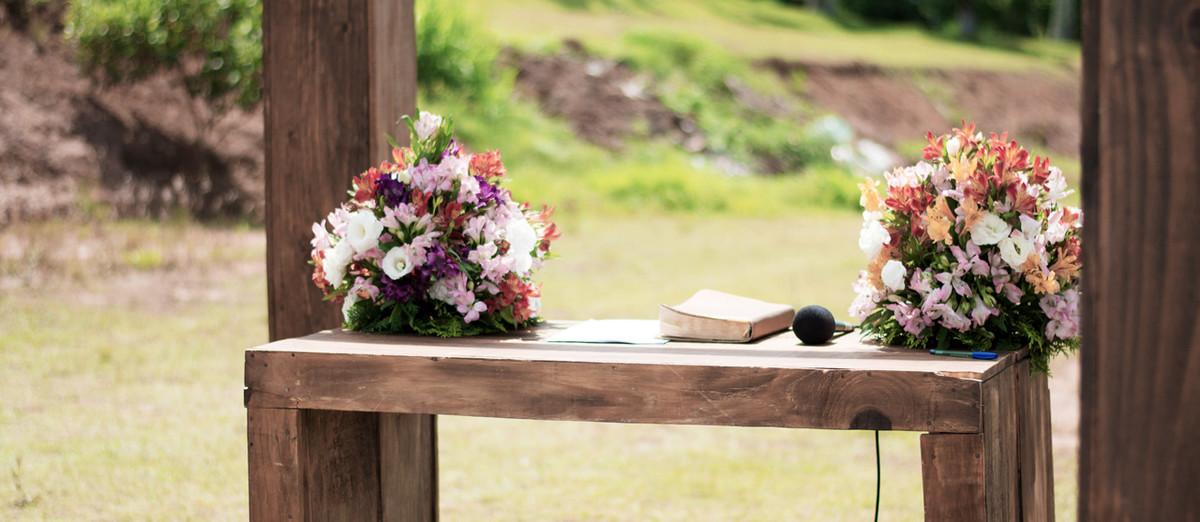 Casamento em Monte Sião Minas Gerais MG Destination wedding Marcos Bilate detalhe cerimônia flores boque e microfone no púlpito de madeira