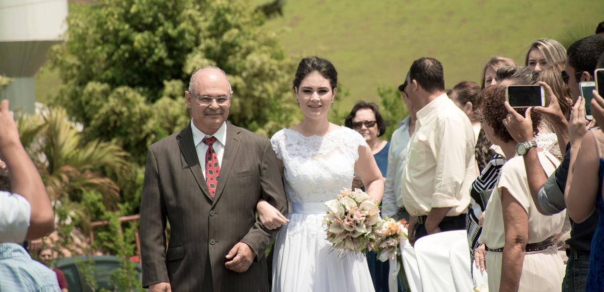 Casamento em Monte Sião Minas Gerais MG Destination wedding Marcos Bilate detalhe cerimônia entrada da noiva com pai no campo ar livre diurno com sol