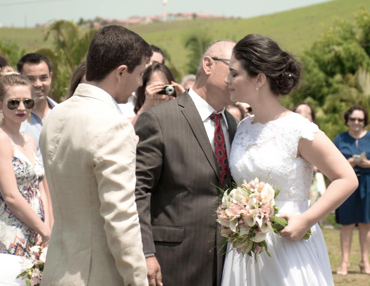 Casamento em Monte Sião Minas Gerais MG Destination wedding Marcos Bilate detalhe cerimônia entrada da noiva com pai no campo ar livre diurno com sol entregando a noiva ao noivo