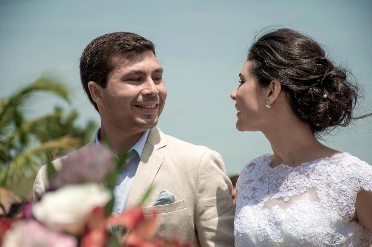 Casamento em Monte Sião Minas Gerais MG Destination wedding Marcos Bilate detalhe cerimônia  no campo ar livre diurno com sol noivos se olhando