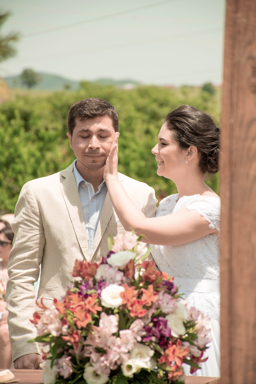 Casamento em Monte Sião Minas Gerais MG Destination wedding Marcos Bilate detalhe cerimônia  no campo ar livre diurno com sol noivo se emocionando emocionante chorando