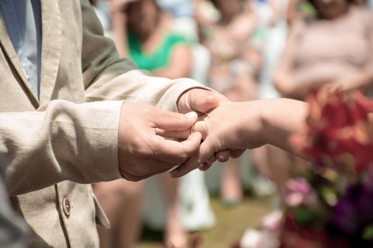 Casamento em Monte Sião Minas Gerais MG Destination wedding Marcos Bilate detalhe cerimônia  no campo ar livre diurno com sol troca de aliança