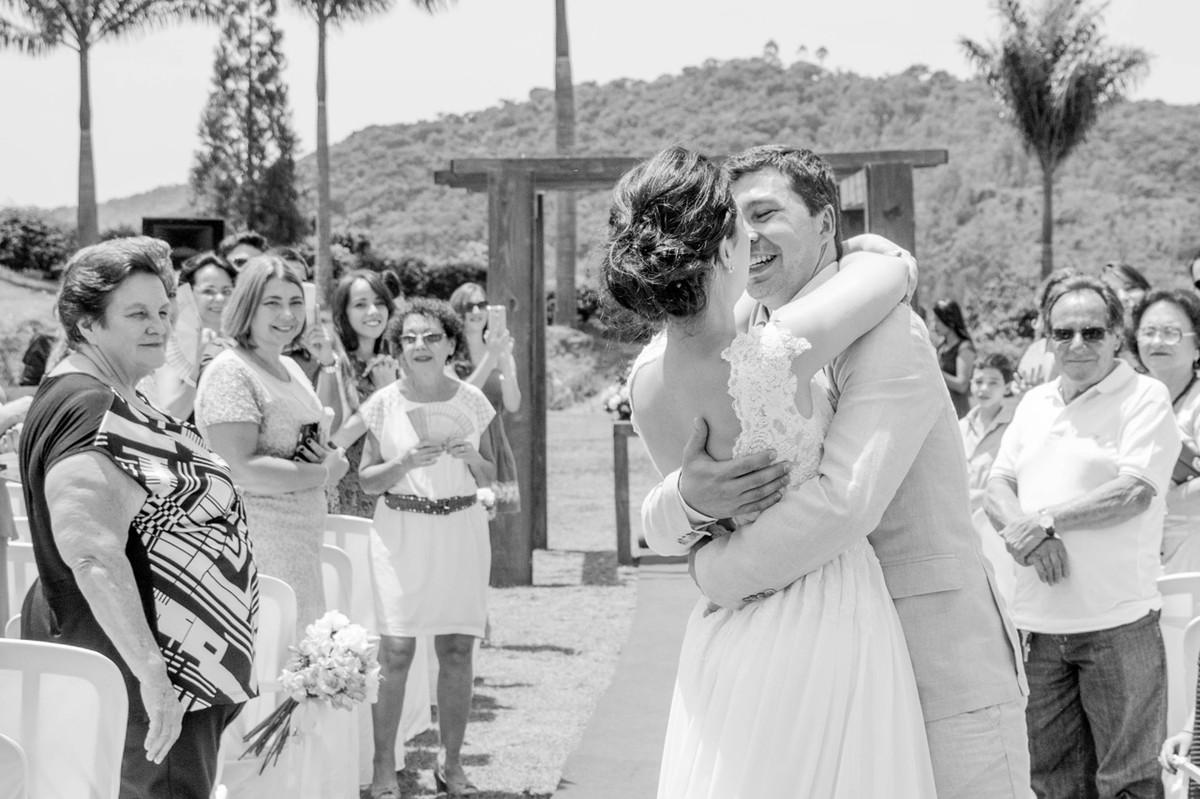 Casamento em Monte Sião Minas Gerais MG Destination wedding Marcos Bilate detalhe cerimônia  no campo ar livre diurno com sol noivos se beijando emocionante emoção beijo beija