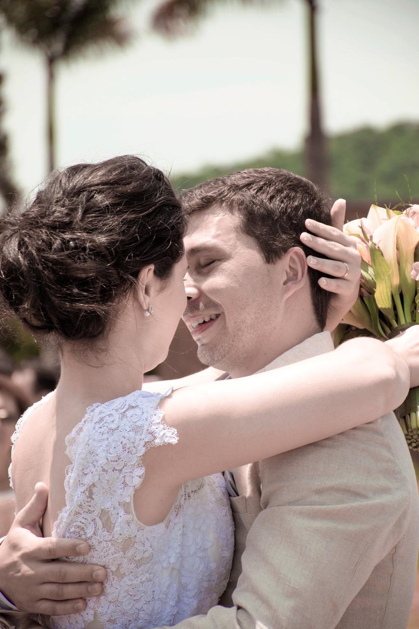 Casamento em Monte Sião Minas Gerais MG Destination wedding Marcos Bilate detalhe cerimônia  no campo ar livre diurno com sol noivos se beijando emocionante emoção