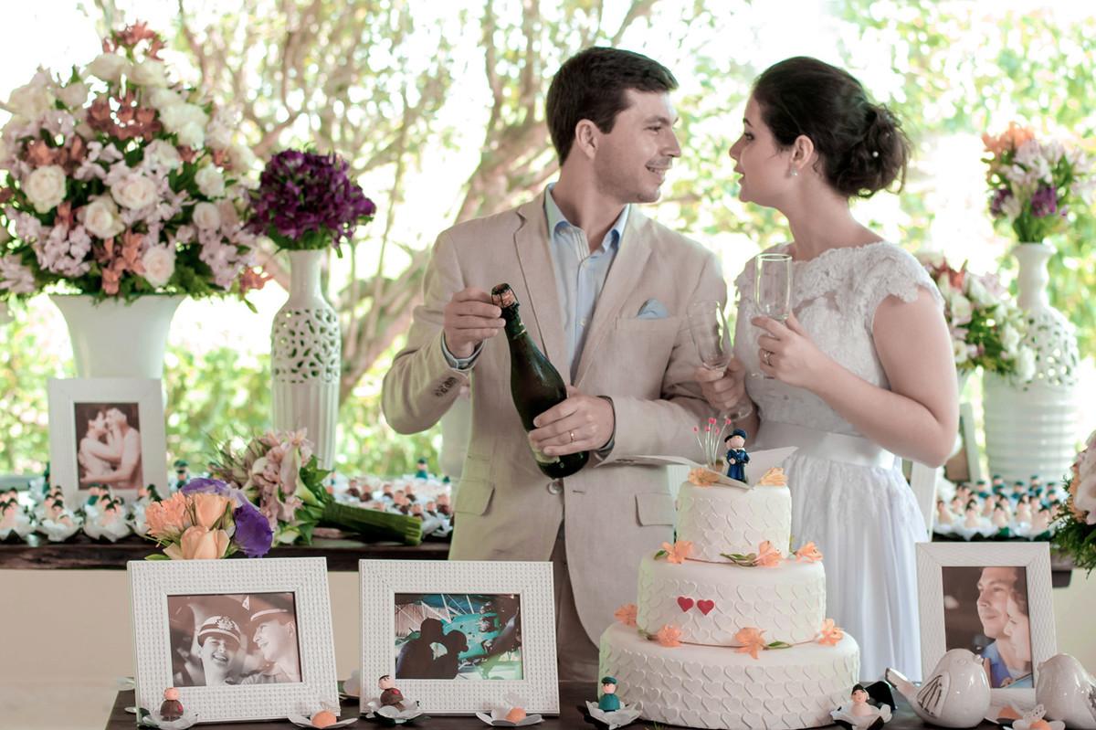 Casamento em Monte Sião Minas Gerais MG Destination wedding Marcos Bilate detalhe cerimônia  no campo ar livre diurno mesa do bolo champanha noivos se olhando brinde
