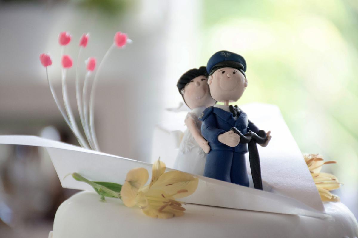 Casamento em Monte Sião Minas Gerais MG Destination wedding Marcos Bilate detalhe cerimônia  no campo ar livre diurno mesa do bolo topo do bolo avião aeronáutica marinha militar