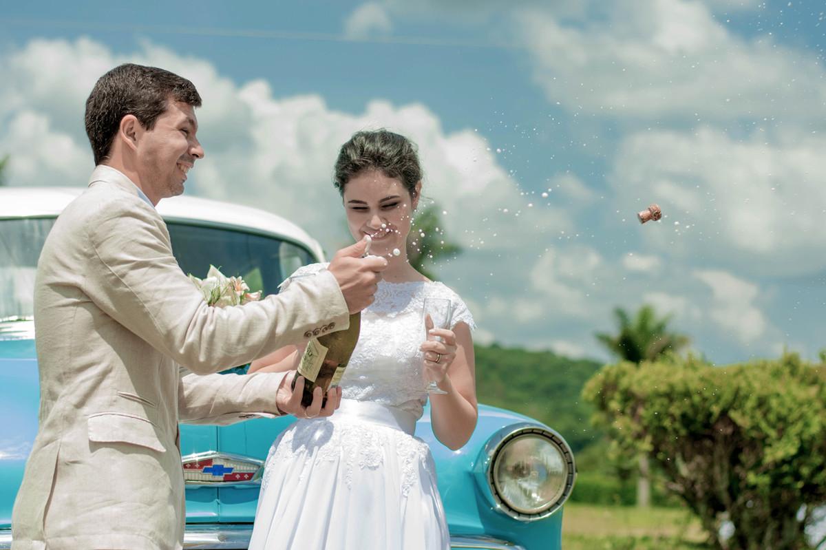 Casamento em Monte Sião Minas Gerais MG Destination wedding Marcos Bilate detalhe cerimônia  no campo ar livre diurno mesa do bolo champanha noivos se olhando brinde ar livre campo carro antigo