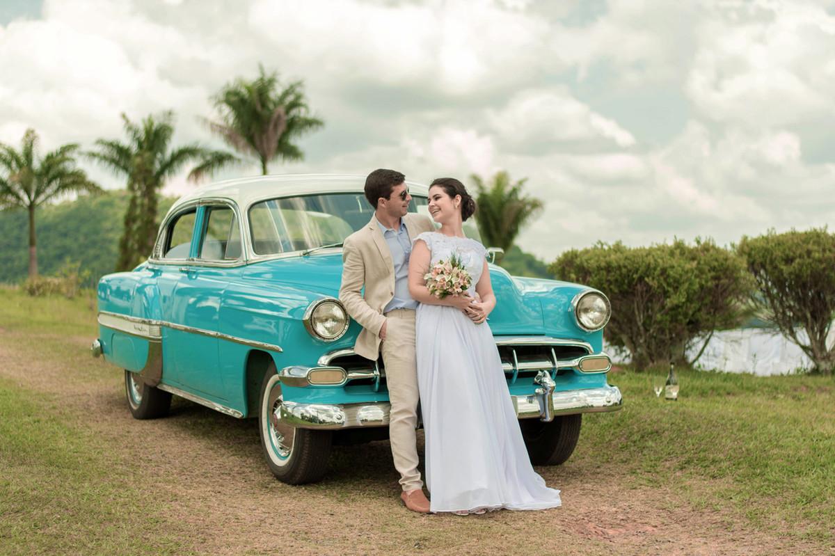 Casamento em Monte Sião Minas Gerais MG Destination wedding Marcos Bilate detalhe cerimônia  no campo ar livre diurno noivos se olhando carro antigo mini ensaio