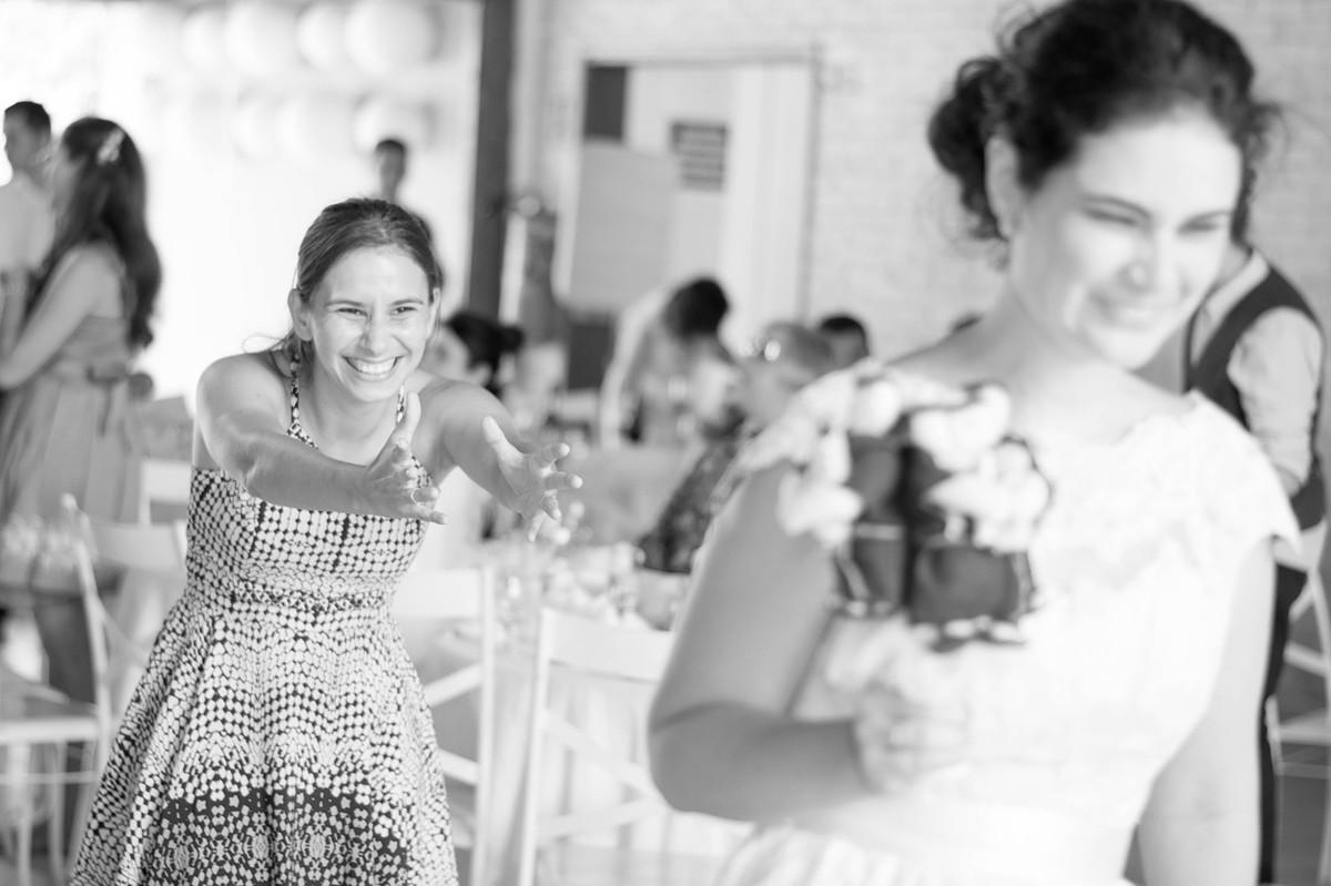 Casamento em Monte Sião Minas Gerais MG Destination wedding Marcos Bilate detalhe cerimônia  no campo ar livre diurno boque de santo antônio casamenteiro noiva jogando