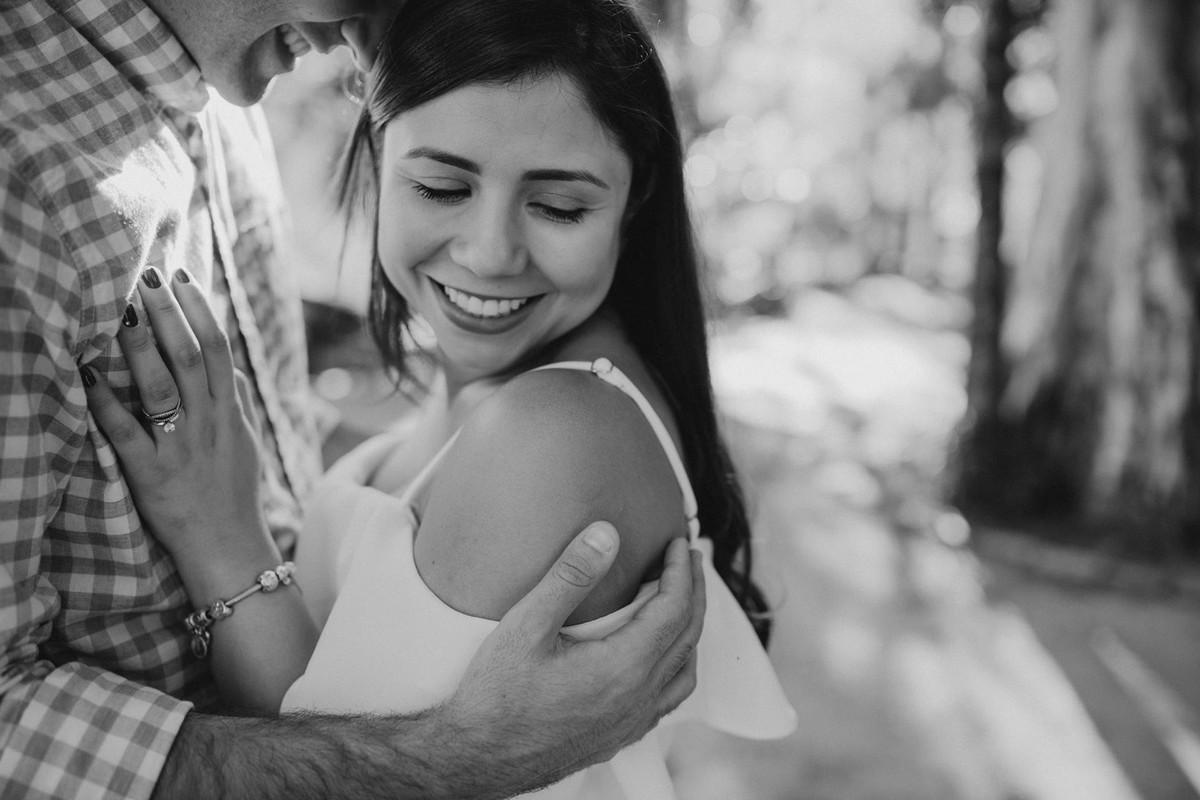 noivo abraçando a noiva foto preto e branca