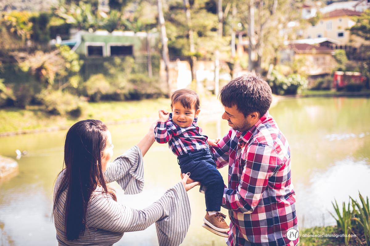 pais brincando com filho