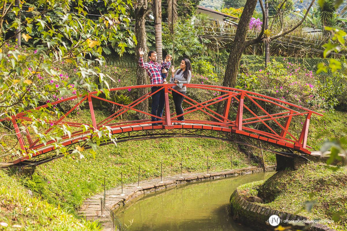 familia passeando na ponte