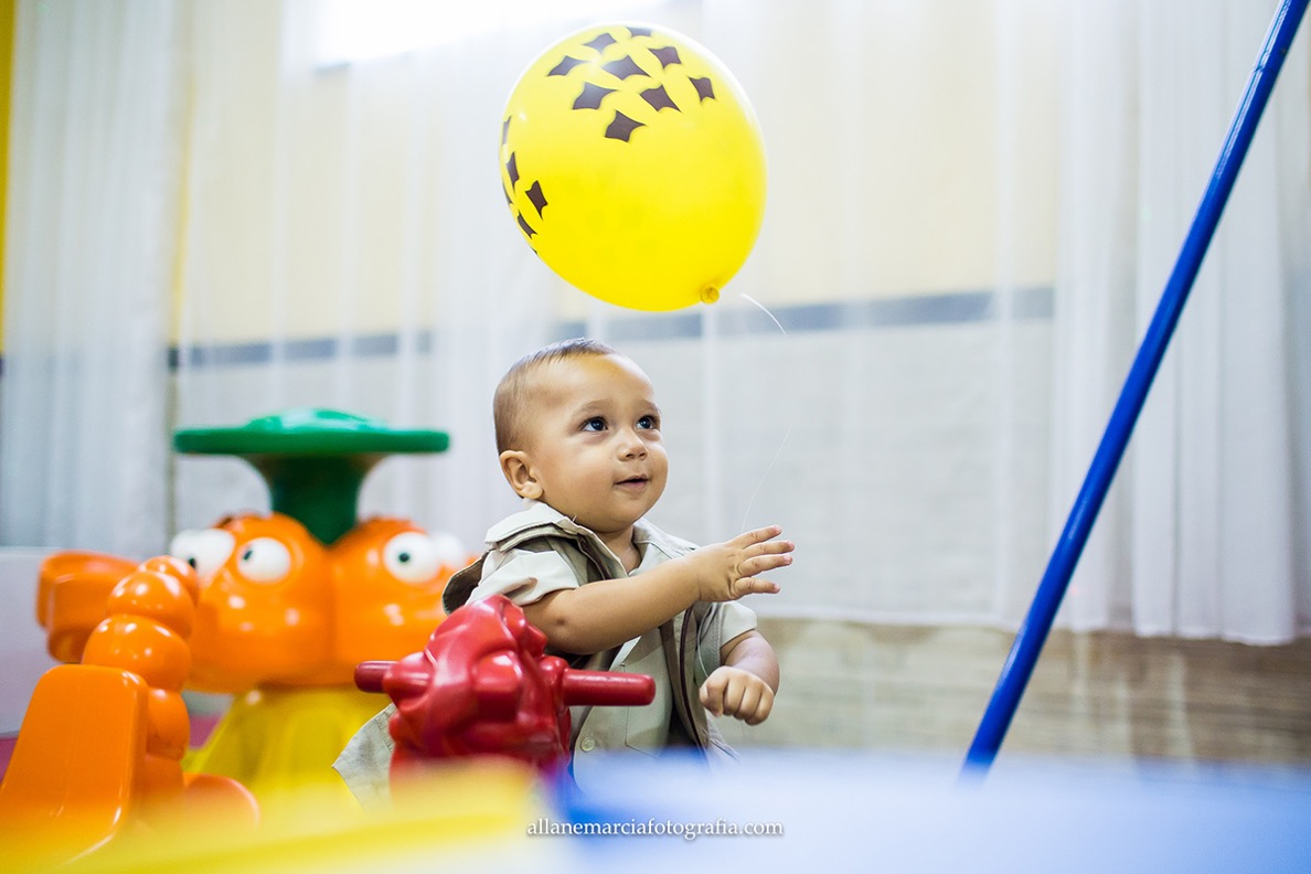 criança com bola em festa