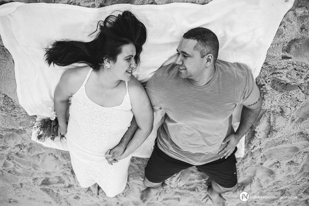 noivos deitados na praia