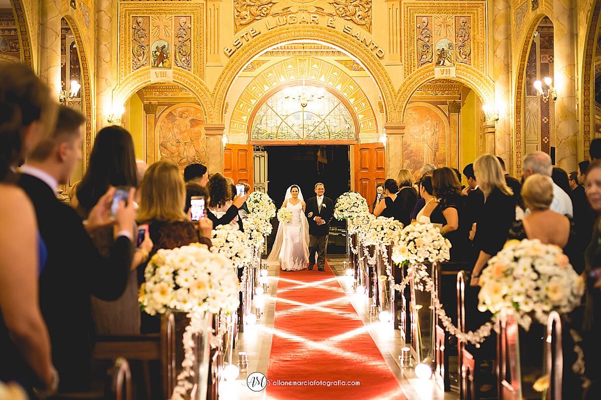 noiva entrando em igreja católica sagrado coração de Jesus