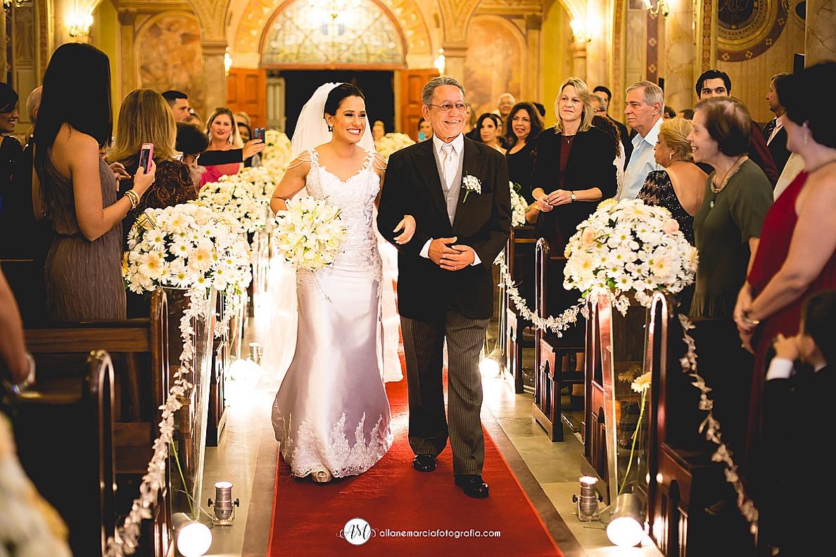 noiva entrando na igreja com o pai