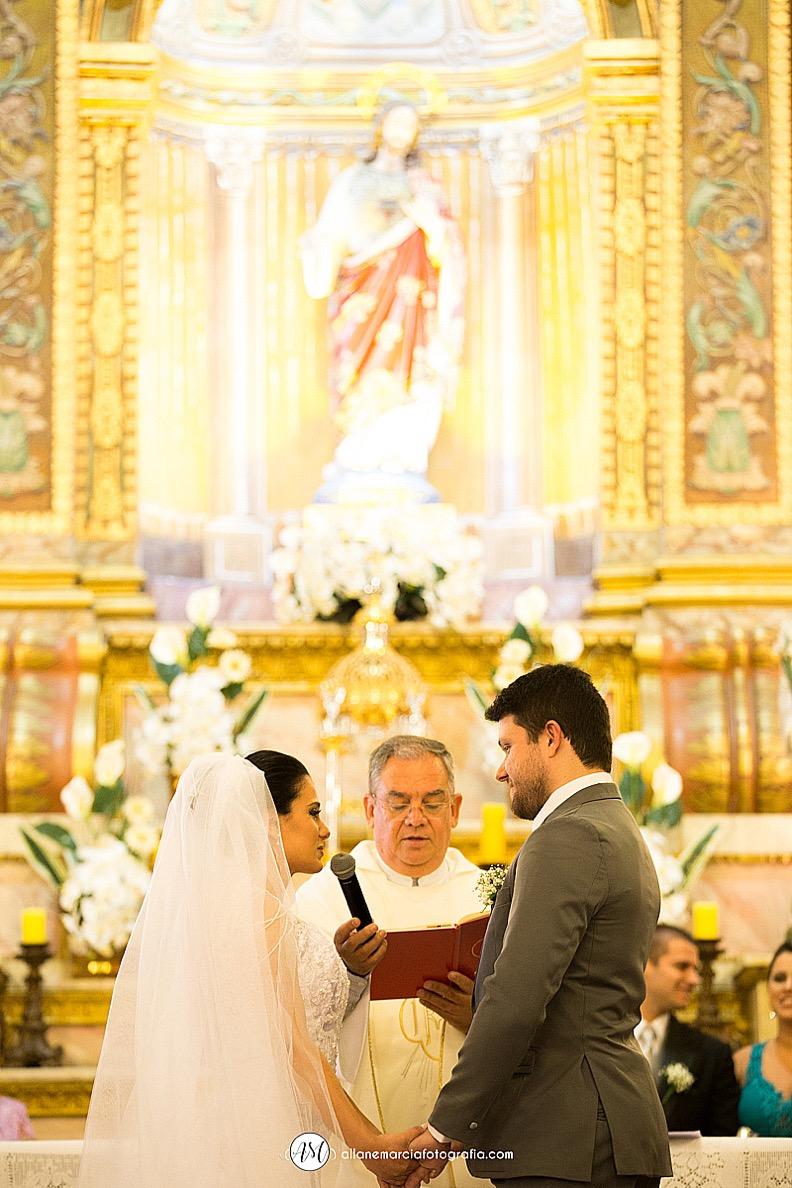 noivos no alta em igreja católica